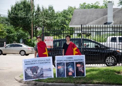 Thanh niên Sinh viên Việt Nam tại Texas tuần hành phản đối Trung Quốc