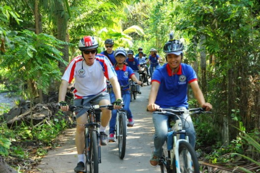 Đại sứ Hoa Kỳ đạp xe, trò chuyện cùng nông dân Cần Thơ