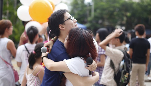 """Ngày Hội Ôm Quốc Tế """"International Free Hugs Day"""" 2015"""