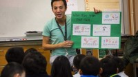 Sau thành công của chương trình song ngữ Anh – Việt ở bang Texas, hai trường công ở bang California cạnh tranh để trở thành nơi dạy học bằng tiếng...