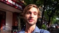 Mỗi giờ dạy, Alex kiếm được 20 USD, trong khi đó chi phí ăn, ở trong một ngày của anh tại Hà Nội chỉ tốn 15 USD. Alex là một...