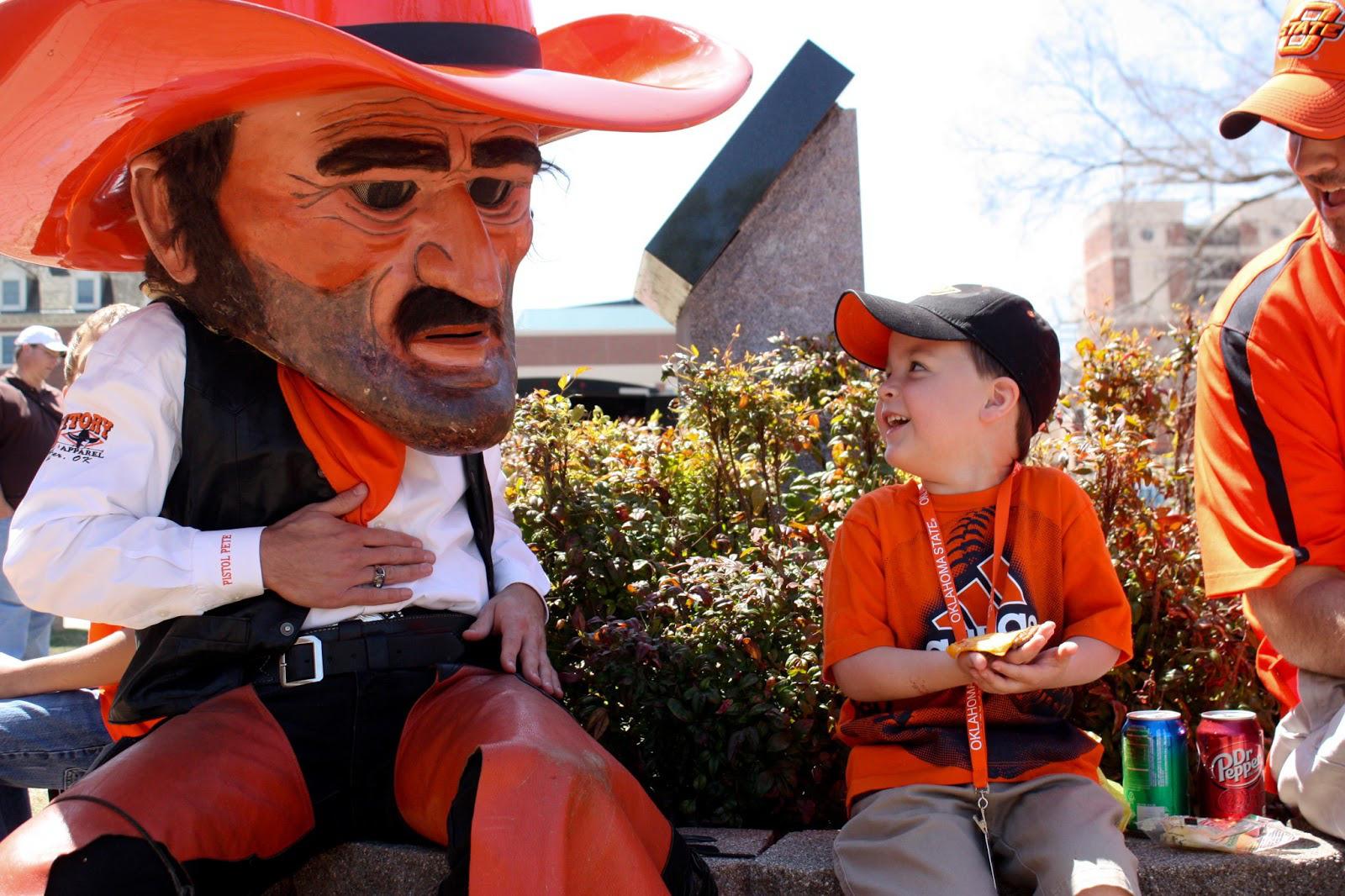 Pistol Pete, linh vật của Đại học bang Oklahoma, đang tiếp chuyện vị khách nhí
