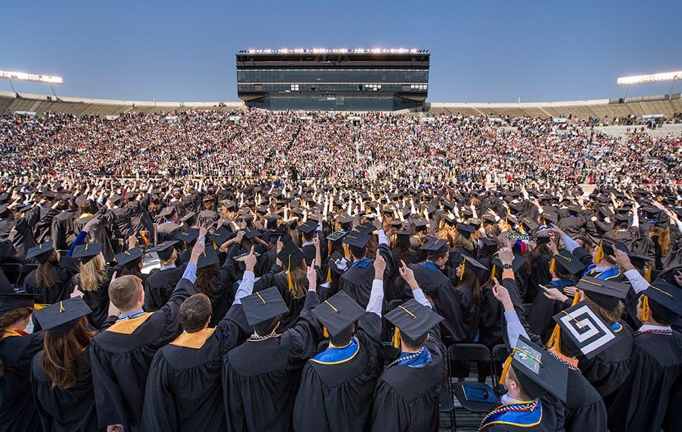 Cùng hát vang The Alma Master trong lễ tốt nghiệp tại Trường đại học Notre Dame