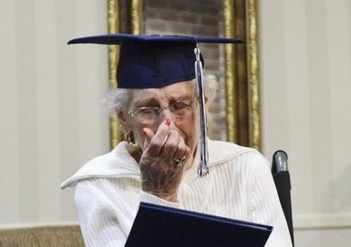 Cụ bà 97 tuổi bật khóc nhận bằng tốt nghiệp trung học
