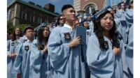 Ở trường học, học sinh gốc châu Á thường đứng đầu về thành tích học tập, và khi đi làm, mức lương trung bình của họ còn cao hơn cả...