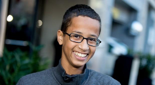 Nam sinh bị bắt vì chế tạo đồng hồ chuyển trường đến Qatar