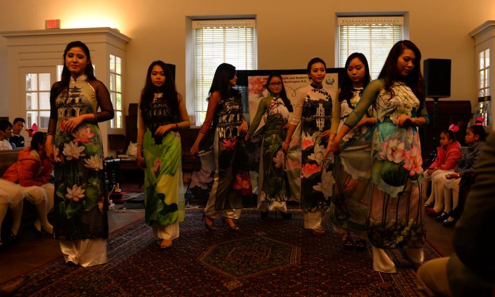 Trình diễn áo dài Hà Nội truyền thống của nhà thiết kế Ngọc Hân