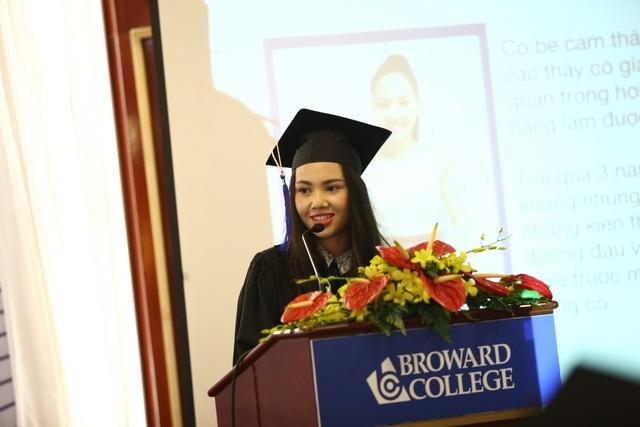 Khoảnh khắc đáng nhớ của Thảo Vi khi được chia sẻ câu chuyện của chính mình trong Lễ tốt nghiệp Broward College 2015