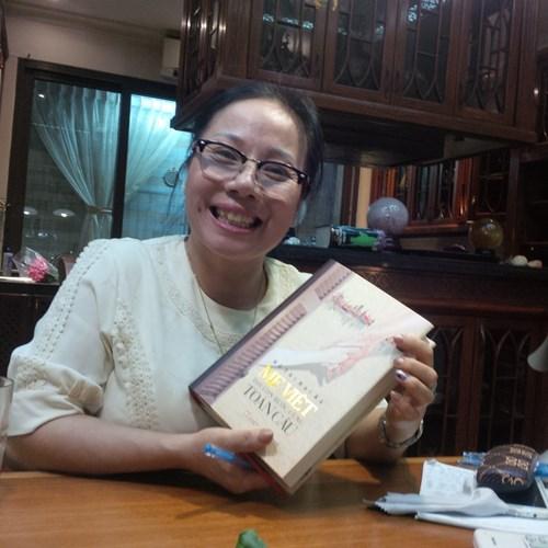 Nhà văn Hồ Thị Hải Âu và cuốn sách Mẹ Việt dạy con bước cùng toàn cầu - Ảnh: Quý Hiên