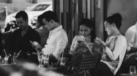 Chẳng cần phải tới một đất nước ở tận đâu đó xa xôi, ngay tại Việt Nam cũng dễ dàng bắt gặp cảnh những đám đông yên lặng ngồi cạnh...