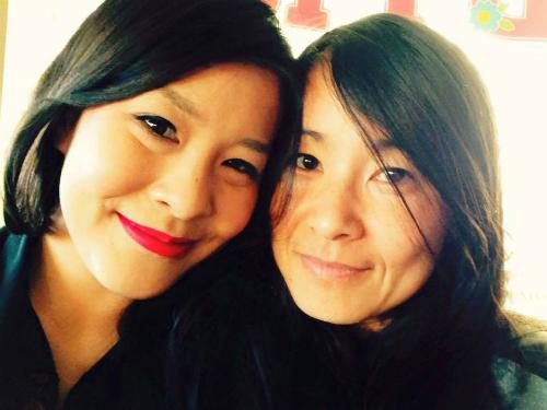 Chị Meggy (bên trái) và mẹ hiện tại. Ảnh: Facebook.