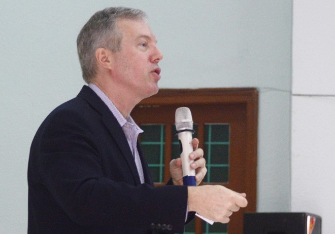 Đại sứ Mỹ trả lời các câu hỏi của sinh viên Đại học Quảng Bình tại buổi giao lưu sáng 29/1. Ảnh: Văn Được.