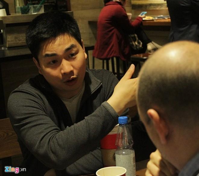 Nguyễn Thành Nhân trò chuyện với một số bạn trẻ tại Hà Nội ngày 30/1. Ảnh: Ngọc Tân
