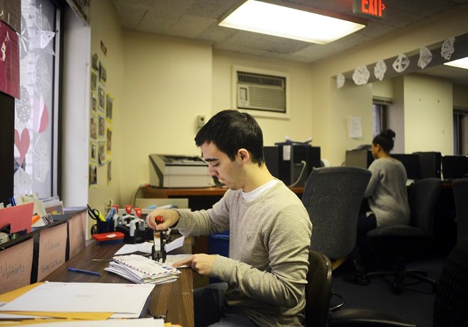 Cán bộ tuyển sinh Đại học George Washington đọc thư giới thiệu trong hồ sơ ứng tuyển của thí sinh. Ảnh:  Washington Post.