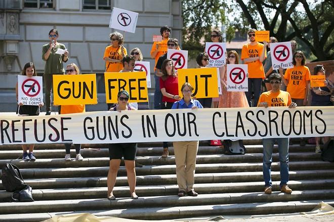Người biểu tình tụ tập trong khuôn viên trường để phản đối chính quyền bang thông qua luật mới hồi tháng 10/2015. Ảnh: AP.