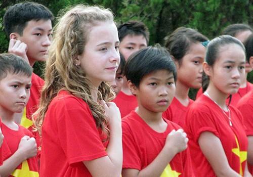 Cô bé Canada hát quốc ca Việt Nam gây quỹ từ thiện triệu USD