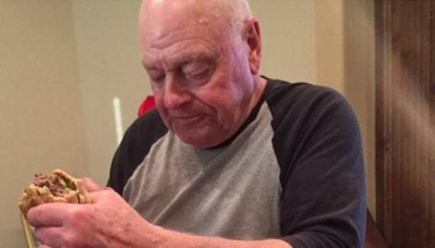 Bức Ảnh Ông Nội Ăn Burger Khiến Hàng Triệu Người Mỹ Rơi Nước Mắt