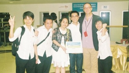 Đoàn Thị Minh Phượng (giữa) đang tạo cơ hội cho các bạn trẻ Việt Nam vươn ra thế giới và thành công trên sân chơi toàn cầu.