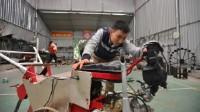 Từ những chiếc động cơ xe máy bỏ đi, anh Tạ Đình Huy đã tận dụng nghiên cứu và cho ra đời chiếc máy nông nghiệp đa năng 8 trong...