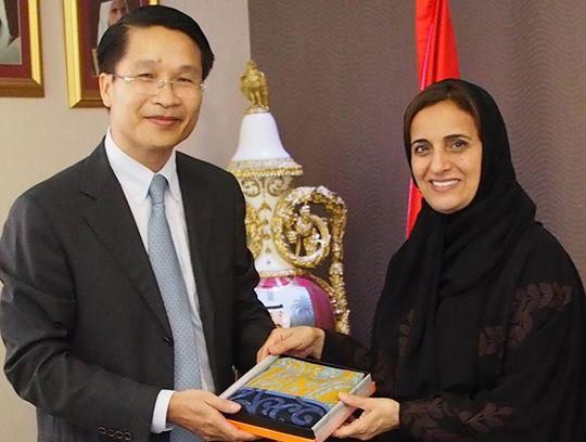 Đại sứ Phạm Bình Đàm (trái) nhận công tác tại Đại sứ quán Việt Nam ở Các tiểu vương quốc Arab Thống nhất (UAE) ngày 30/8/2014. Ảnh: FBNV