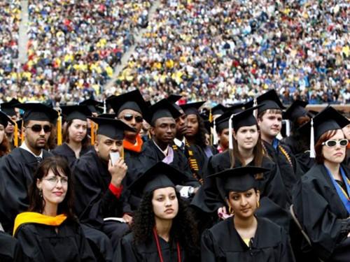 Sinh viên lắng nghe bài phát biểu của Tổng thống Mỹ Barack Obama trong buổi lễ tốt nghiệp tại trường Đại học Michigan, Mỹ - Ảnh: Reuters