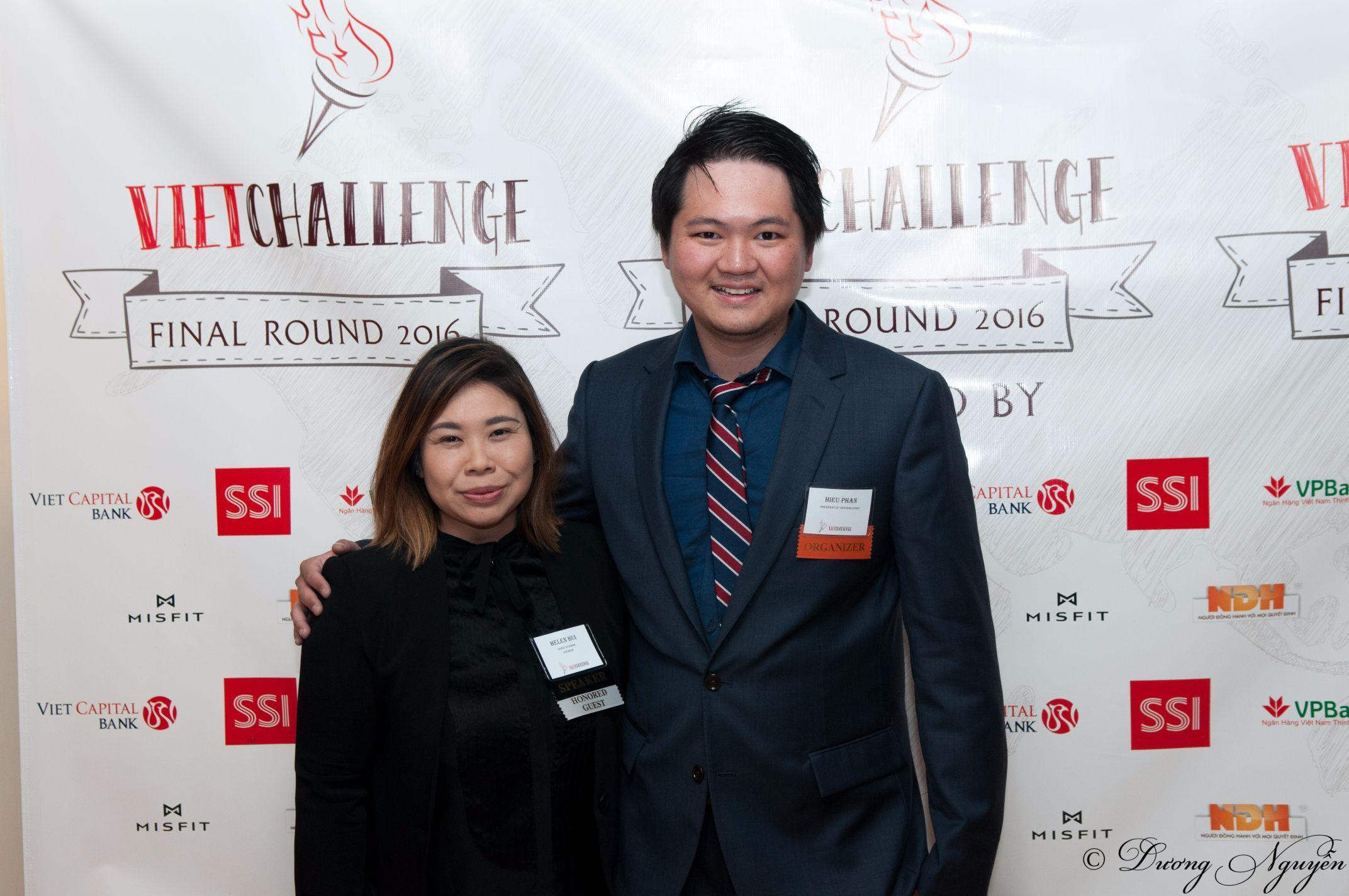 Hiếu chụp cùng Hellen Bùi- cựu CEO của Wall Street Journal