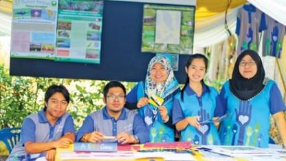 Tường Vy (thứ 2 từ phải sang) cùng các bạn trẻ quốc tế tham gia chương trình tình nguyện viên trẻ vì môi trường ASEAN (2013) tại Malaysia.