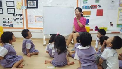Mai đang giảng dạy cho học sinh lớp mầm tại Singapore Ảnh: NVCC