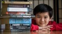 Thần đồng người Anh biết làm toán trung học năm 2 tuổi, theo học đại học danh tiếng nhất New Zealand khi mới 12 tuổi và được đánh giá là...