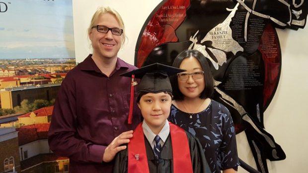 Thần đồng 12 tuổi đỗ đại học hàng đầu nước Mỹ
