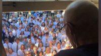 Khi hay tin thầy giáo bị ung thư và không thể tiếp tục đi dạy, 400 học sinh tại một trường trung học ở Mỹ đã tập trung trước nhà...