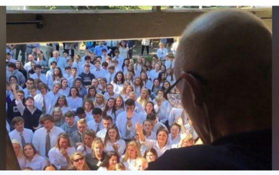 Xúc động cảnh 400 học sinh Mỹ đứng hát động viên thầy giáo bị ung thư