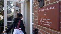 Một trong những điều sinh viên quan tâm là các khoản hỗ trợ tài chính tại các trường cao đẳng, đại học tại Mỹ. Hơn 140 trường đại học công...