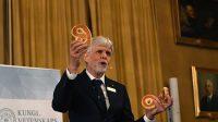 Năm 2016, giải Nobel Vật lý thuộc về ba nhà khoa học: David Thouless của Đại học Washington ở Seattle, Duncan Haldane của Đại học Princeton ở New Jersey và...