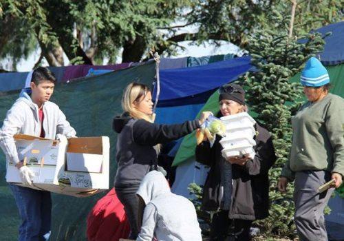 Du học sinh tặng quà Giáng sinh cho người vô gia cư ở Mỹ