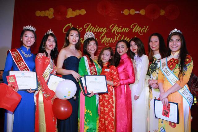 Tân hoa khôi Trần Gia Ngọc (áo dài xanh) và các người đẹp khác trong đêm chung kết Miss Việt Nam – New York.