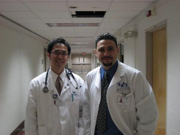 Bác sĩ 8X Trần Huỳnh (trái) đã có 13 năm theo đuổi con đường Y học tại Hoa Kỳ.
