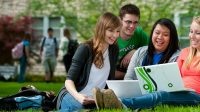 Tham gia các câu lạc bộ và các cơ hội tình nguyện tại trường đại học quốc tế có thể giúp sinh viên thích nghi và xây dựng các kĩ...