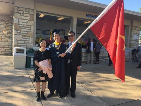 Chỉ học 4 ngày mỗi tuần, Lê Quang Liêm vẫn là cử nhân xuất sắc ở Mỹ