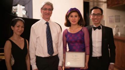 (Nghệ sĩ Quỳnh Nguyễn, luật sư Larry Borten-người sáng lập ChildCare VietNam, nghệ sĩ Ánh Nguyễn Rozman, và BTC anh Duy Ngô)