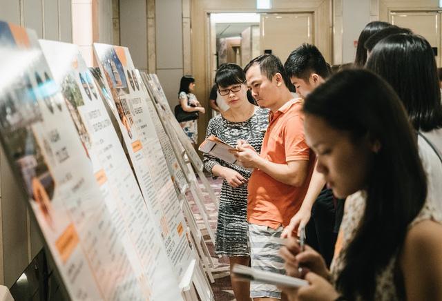 """Theo hình thức """"đi tour"""", học sinh và phụ huynh chủ động tìm kiếm được thông tin về 45 trường đại học Mỹ."""