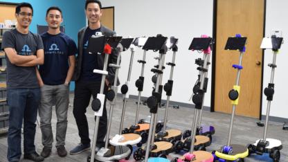 Anh Vũ Duy Thức (Co-founder/CEO OhmniLabs, ngoài cùng bên phải) cùng hai nhà đồng sáng lập bên sản phẩm robot Ohmni.
